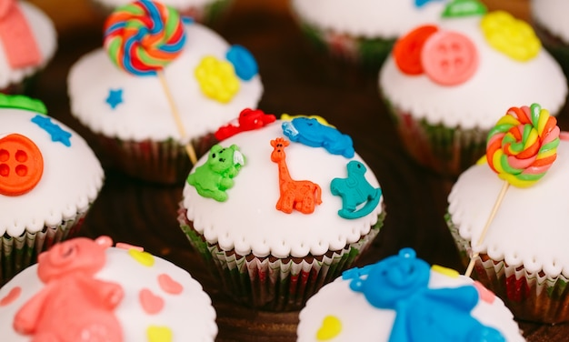 Petits gâteaux de bébé sur bois Photo Premium