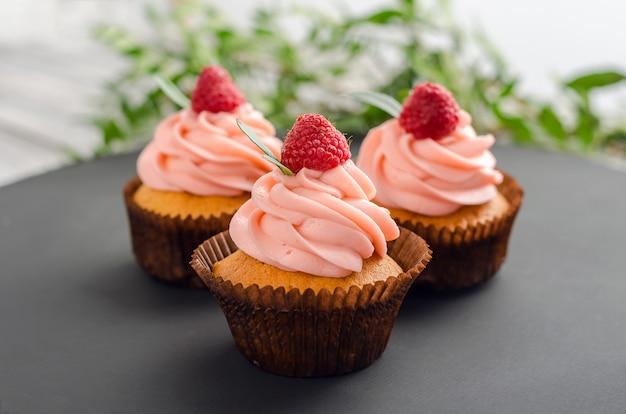 Petits gâteaux à la crème de framboise. Photo Premium