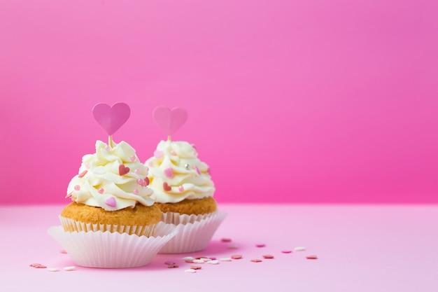 Petits Gâteaux Décorés Coeur Sur Rose Photo Premium