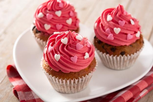 Petits Gâteaux Décorés De Coeurs En Sucre Pour La Saint-valentin Sur Table En Bois Photo Premium