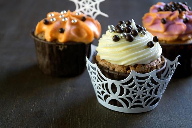 Petits gâteaux faits à la crème. sur fond sombre. Photo Premium