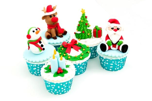 Petits gâteaux faits maison de noël isolés sur fond blanc Photo Premium
