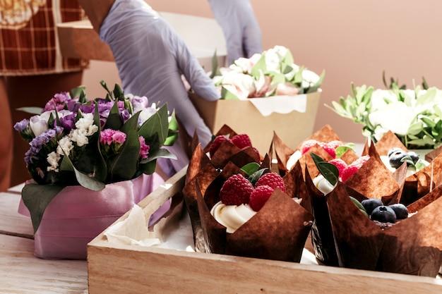 Petits gâteaux et fleurs en boîte, composition festive pour la saint-valentin, anniversaire Photo Premium