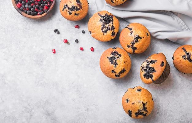 Petits Gâteaux Ou Muffins Aux Myrtilles Avec Des Baies Fraîches. Vue De Dessus Photo Premium