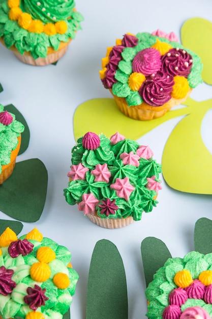 Petits Gâteaux Multicolores Avec Décoration Comme Des Plantes Succulentes D'intérieur Photo Premium