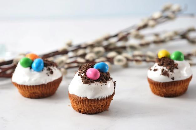 Petits gâteaux de pâques aux pépites de chocolat Photo Premium