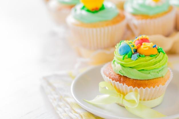 Petits gâteaux de pâques sur une table en bois blanc Photo Premium