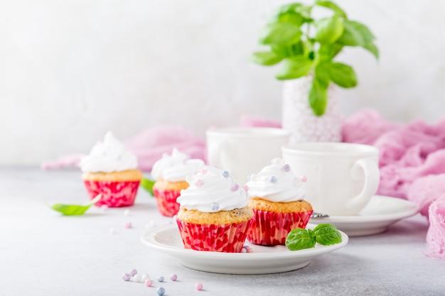 Petits gâteaux à la vanille et à la crème blanche Photo Premium