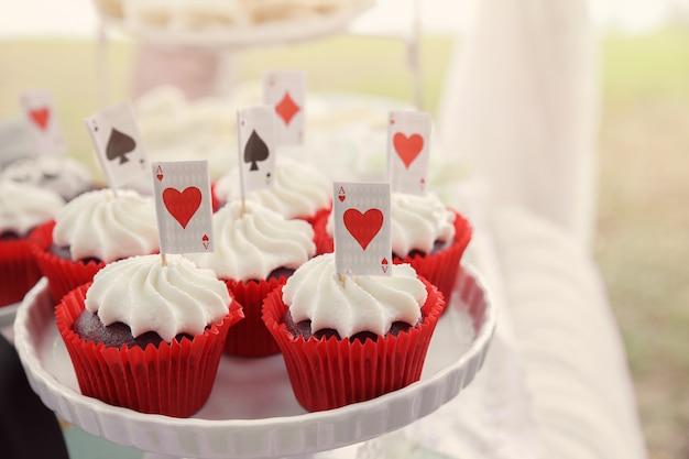 Petits gâteaux de velours rouge avec cartes à jouer Photo Premium