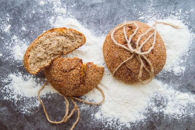 Petits pains de blé entier sur la vue de dessus de table Photo gratuit