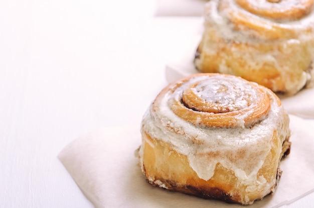 Petits pains à la cannelle avec glaçage à la crème au sucre Photo Premium
