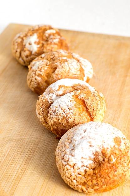 Petits pains faits maison avec crème pâtissière et sucre en poudre Photo Premium