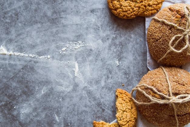 Petits pains fraîchement préparés sur la table avec espace de copie Photo gratuit