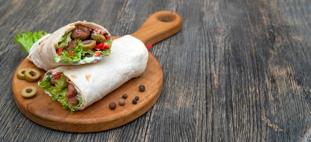 Petits pains frais avec des légumes et de la viande. Photo Premium