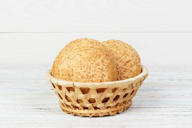 Petits pains ronds avec des graines. pain dans le panier. Photo Premium