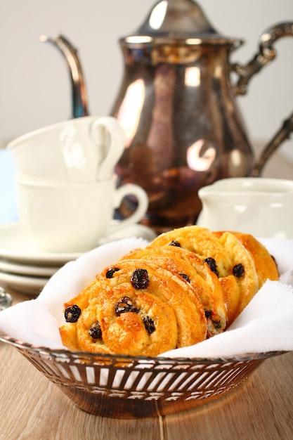 Petits pains tourbillons sucrés sans gluten avec raisins secs pour le petit déjeuner Photo Premium
