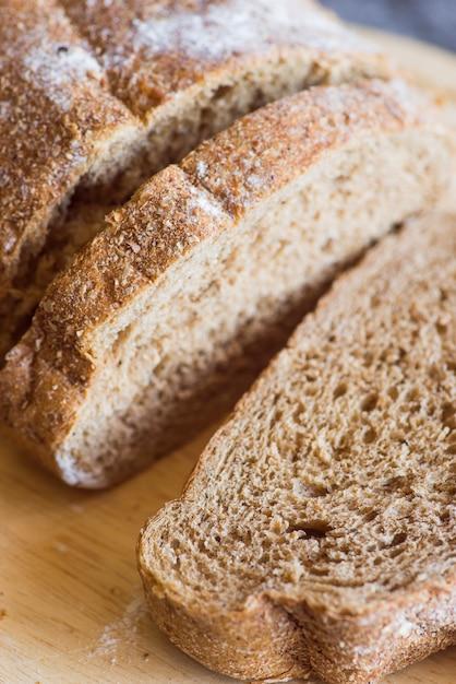 Petits pains tranchés sur une table en bois se bouchent Photo gratuit