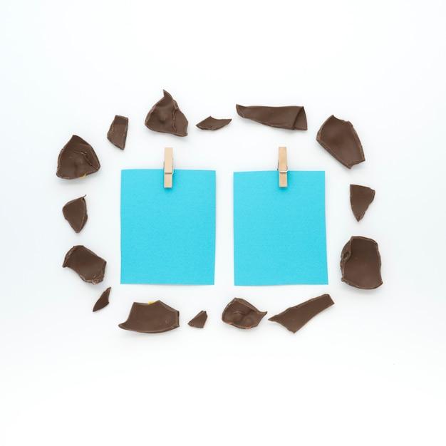 Petits papiers avec chocolat craquelé sur table Photo gratuit