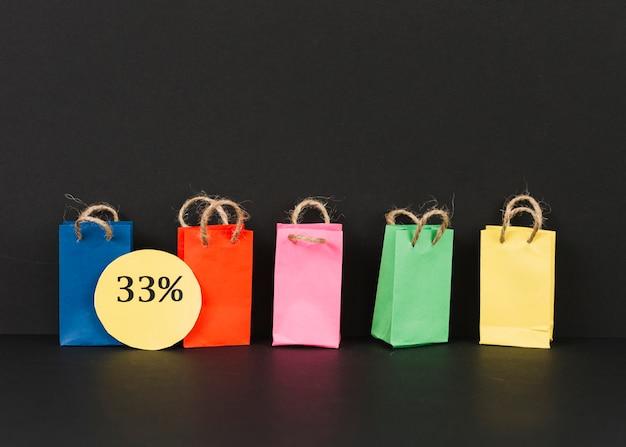 Petits paquets lumineux avec étiquette de vente Photo gratuit