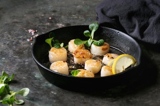 Pétoncles frits à la sauce au beurre Photo Premium