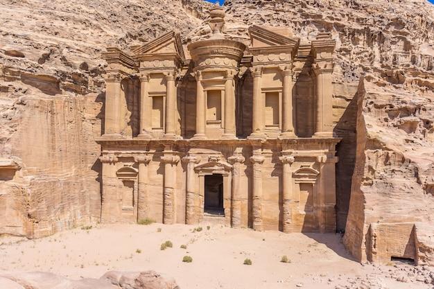 Petra, jordanie: célèbre façade d'ad deir dans la ville antique de petra. monastère dans la ville antique de petra Photo Premium