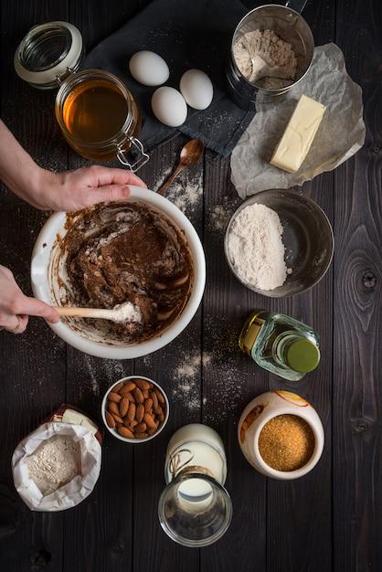 Pétrir la pâte à cuire parmi les ingrédients Photo Premium