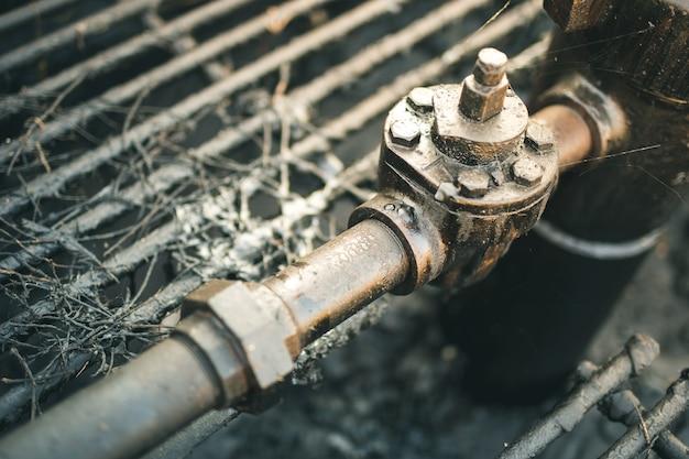 Pétrole brut d'un puits de pétrole. Photo Premium