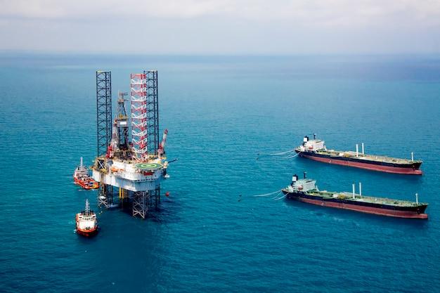 Pétrolier et plate-forme pétrolière dans le golfe Photo Premium