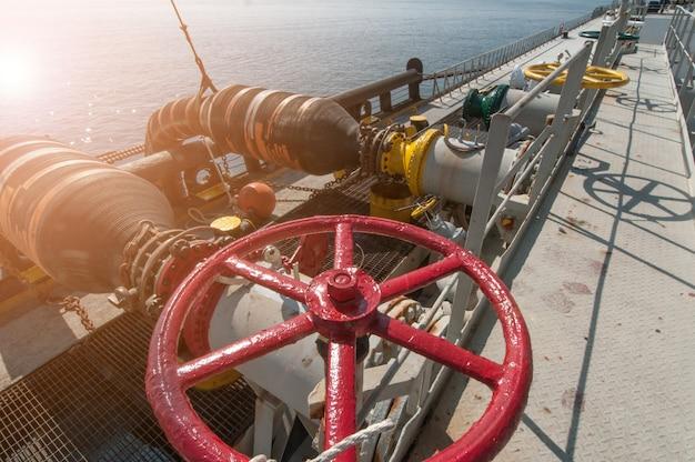Un pétrolier transfère de l'huile sur le cargo Photo Premium