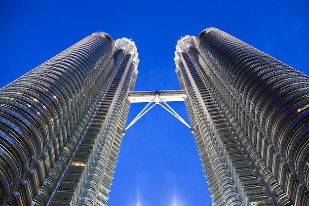 Petronas tower bridge detail night shot Photo Premium