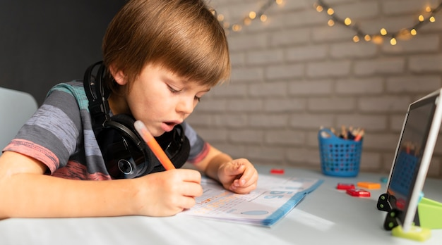 Peu D'étudiants En Ligne écrivant Et Concentrés Photo gratuit