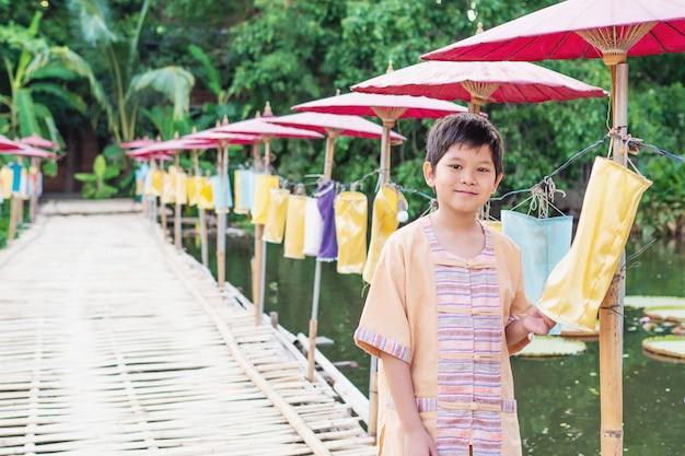 Peuple nord-thaïlandais en costume traditionnel Photo gratuit