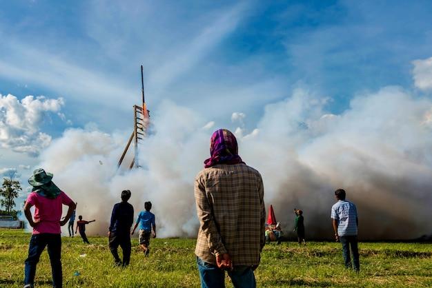 Les peuples qui regardent la fusée locale décollent de la base vers le ciel Photo Premium