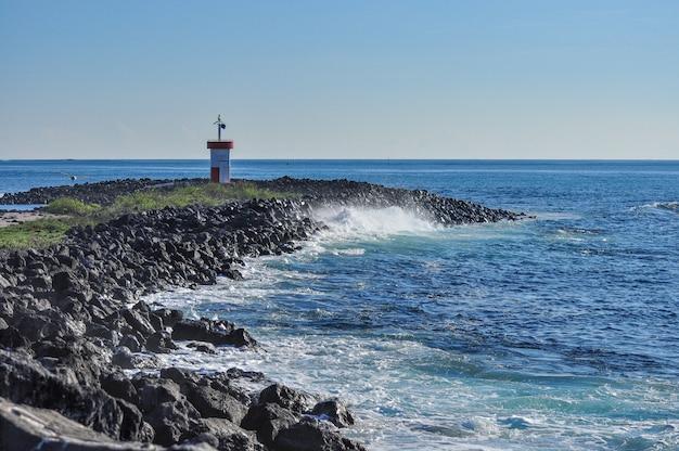 Phare dans un bord de mer Photo Premium