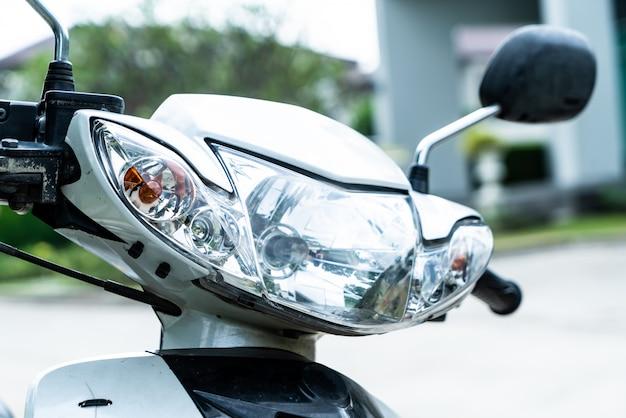 Phare ou lampe frontale de moto Photo Premium