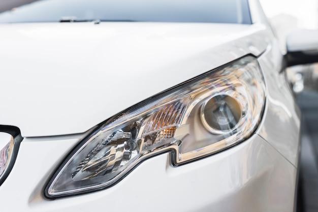 Phare led élégant de l'automobile blanche Photo gratuit