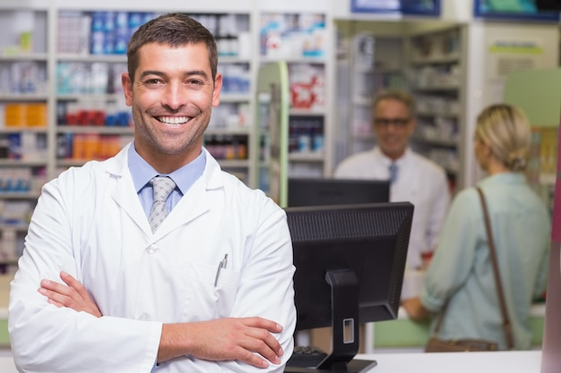 Pharmacien souriant en regardant la caméra Photo Premium