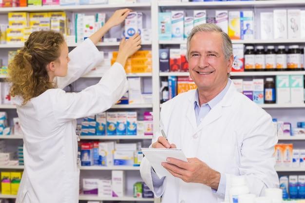Des pharmaciens à la recherche de médicaments sur ordonnance à la pharmacie de l'hôpital Photo Premium
