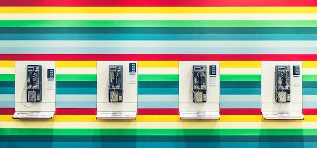 Phonebooth sur un mur coloré Photo Premium