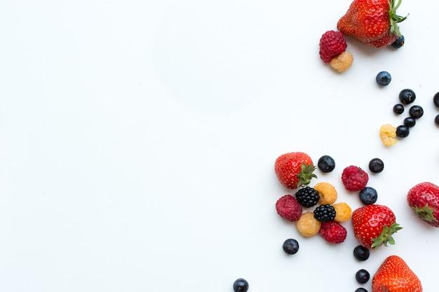 Photo aérienne de baies fraîches saines colorées sur fond blanc Photo gratuit