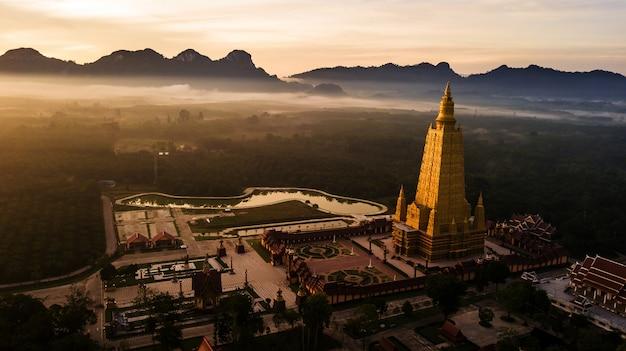 Photo aérienne de beaux temples dans l'atmosphère du matin, thaïlande. Photo Premium