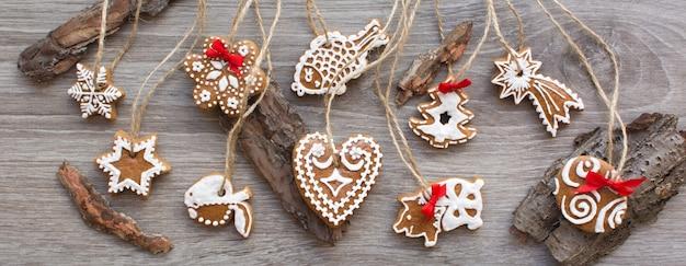 Photo aérienne de bouquet de pains d'épices de cannelle de noël sur un fond en bois Photo gratuit