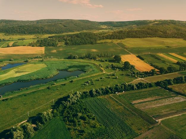 Photo Aérienne De Drone Avec Un Beau Paysage De Ferme Au Coucher Du Soleil Dans Une Atmosphère Rurale Photo Premium