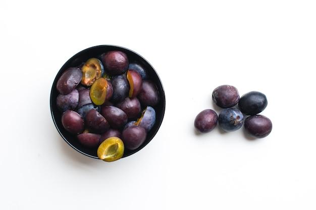 Photo aérienne de prunes organiques fraîches sur fond blanc Photo gratuit