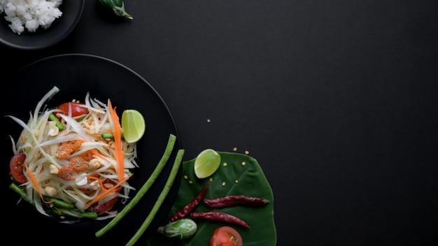 Photo Aérienne De Salade De Papaye Sur Plaque Noire, Ingrédients Et Espace Copie Photo Premium
