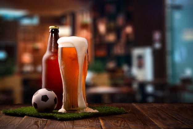 Photo d'une bouteille et d'un verre de bière Photo Premium