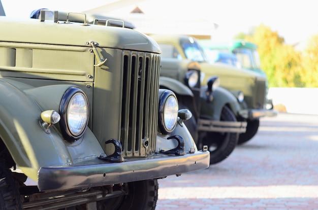 Photo des cabines de trois véhicules militaires hors route de Photo Premium