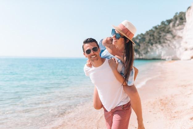 Photo d'un couple heureux à lunettes de soleil sur la plage Photo Premium