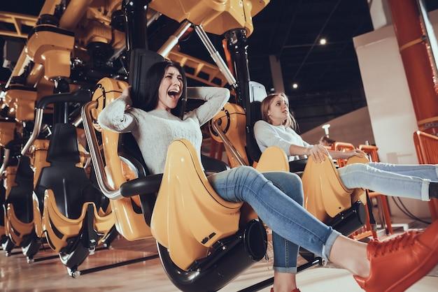 Photo de deux amies choquées et excitées Photo Premium