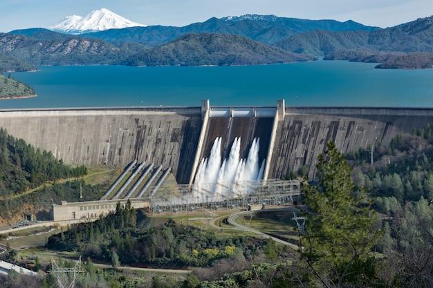 Photo Du Barrage De Shasta Entouré De Routes Et D'arbres Avec Un Lac Et Des Montagnes Photo gratuit